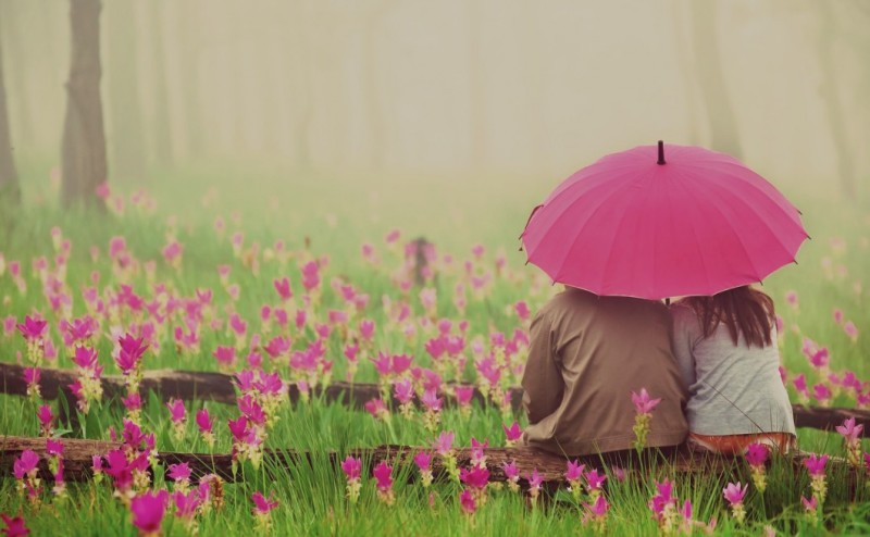 love_couple_with_pink_umbrella